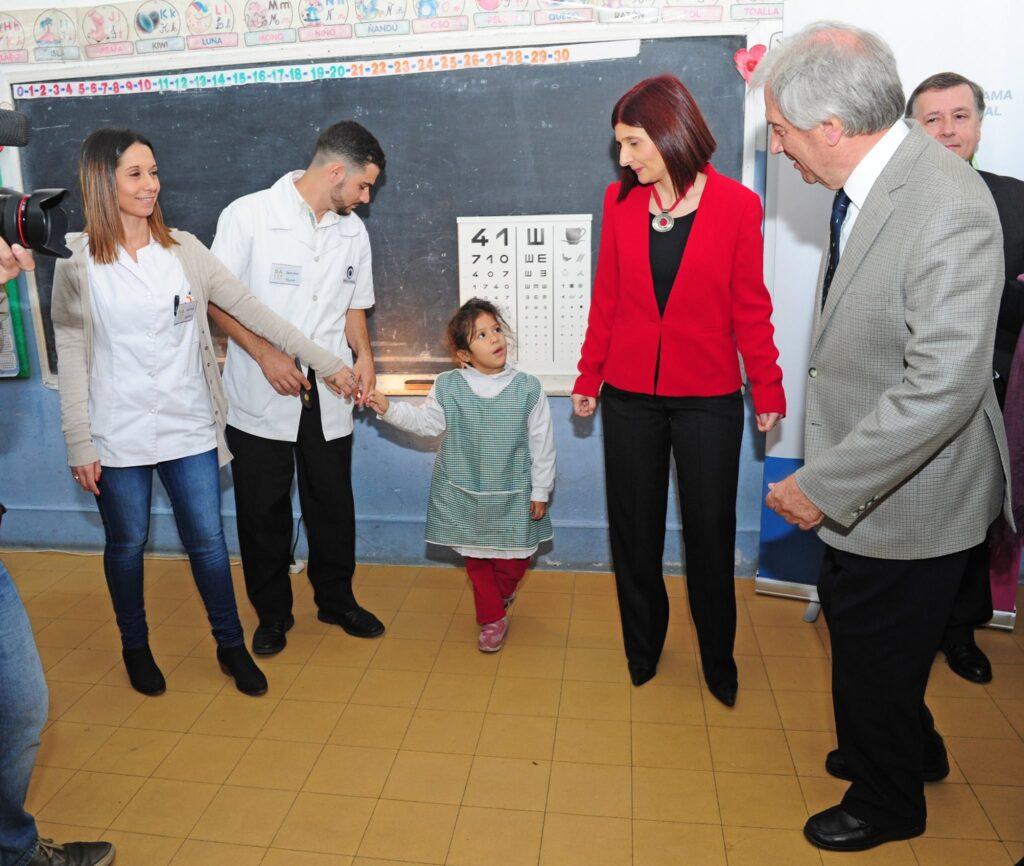 Recibiendo al Presidente de la Republica Prof Dr. Vázquez en la visita que realizo a la escuela Yugoslavia lanzamiento Programa Salud Ocular 2017